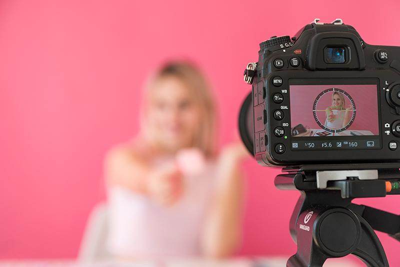 aparat podczas kręcenia videobloga