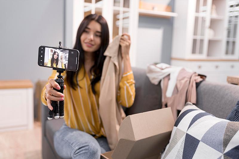 influencerka robi sobie selfie