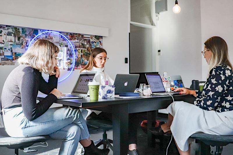 trzy kobiety podczas pracy przy komputerach