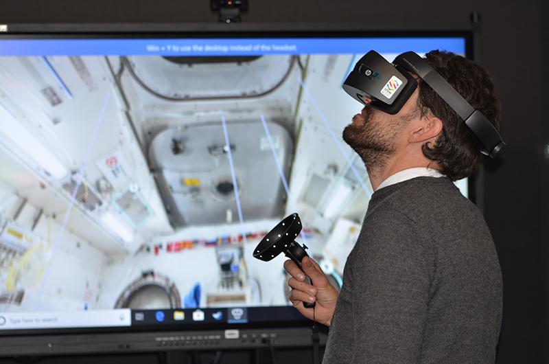 mężczyzna korzystający ze sprzętu do wirtualnej rzeczywistości