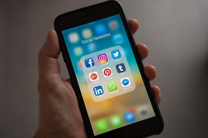 smartfon z aplikacjami
